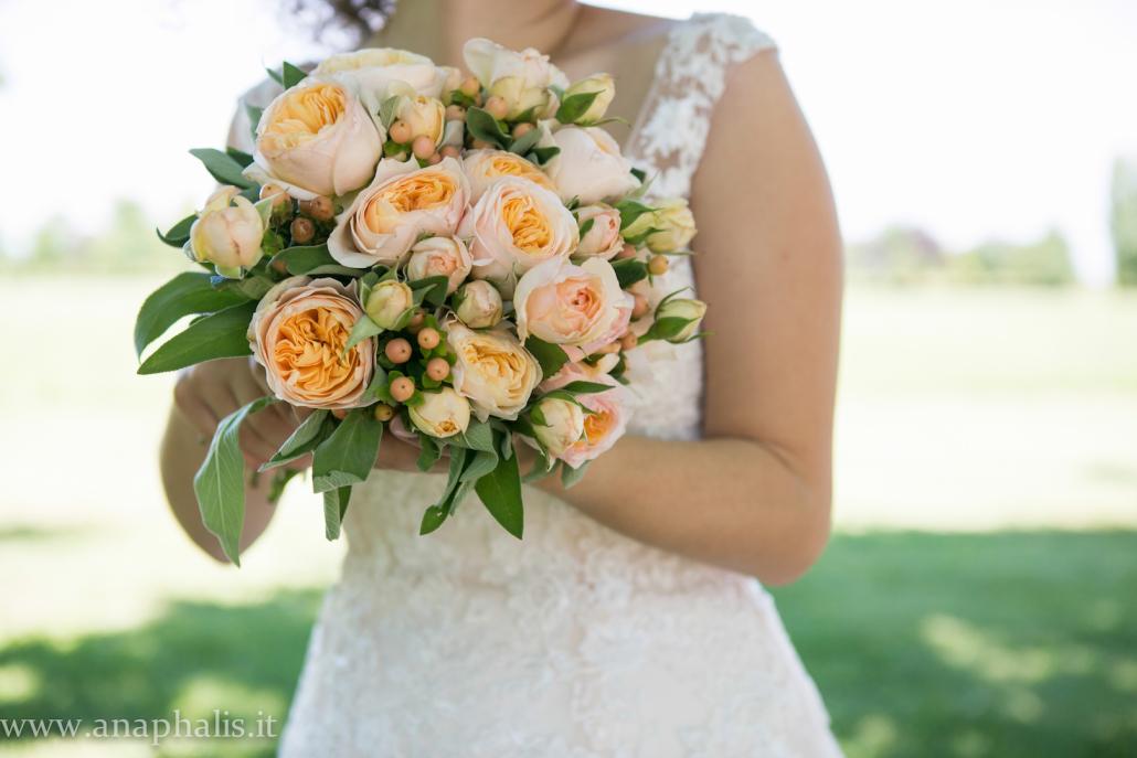 bouquet di rose inglesi bacche e salvia anaphalis