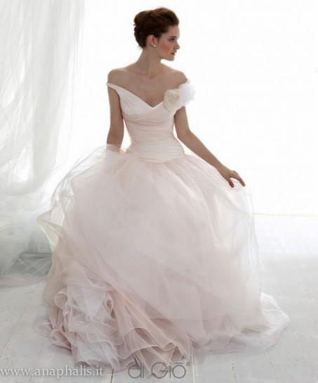 abito-bianco-e-rosa-con-gonna-in-tulle per bouquet di ranuncoloi rosa quarzo